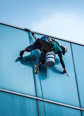 Reinigung Glasfassade durch Industriekletterer
