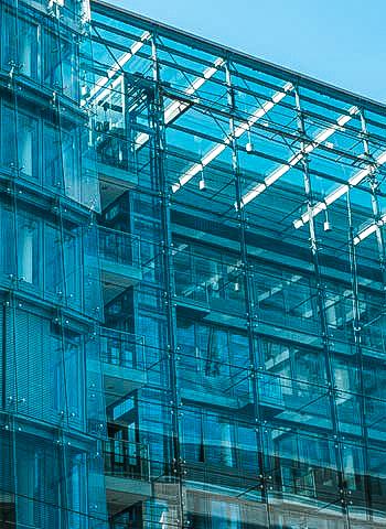 Glasreinigung an einer Fassade in Düsseldorf durch Industriekletterer der IBE Industrieservice GmbH